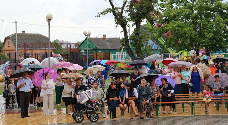 люди не расходились несмотря на дождь