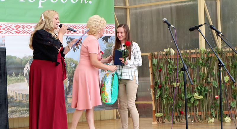 подарок от горсовета получает Наталья Крох - мама самого маленького городчука Даниила